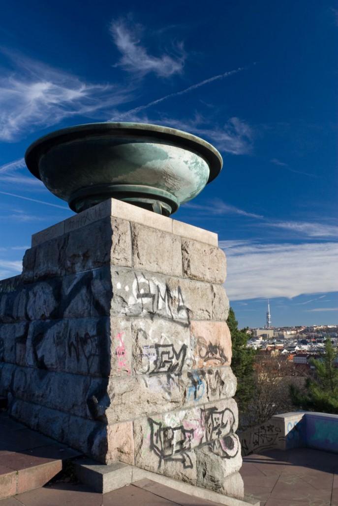 Odstranění-graffiti-z-památníku